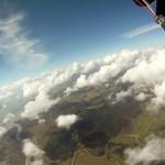 Paracadutista muore dopo il passaggio in una scia chimica