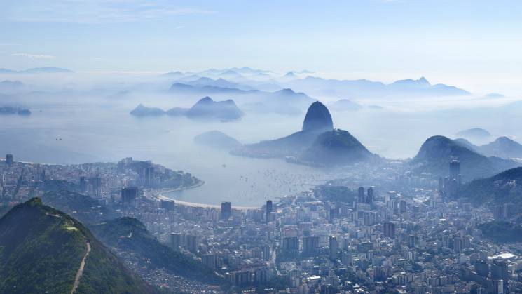 Rio de Janeiro sotto una coltre chimica. A destra, si intravede il Morro do Papagaio