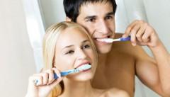 Lavare i denti causa l'alito cattivo e ingrassa le lobby
